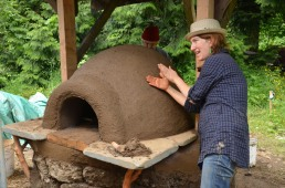 Eva Edleson explaining how a cob oven works!